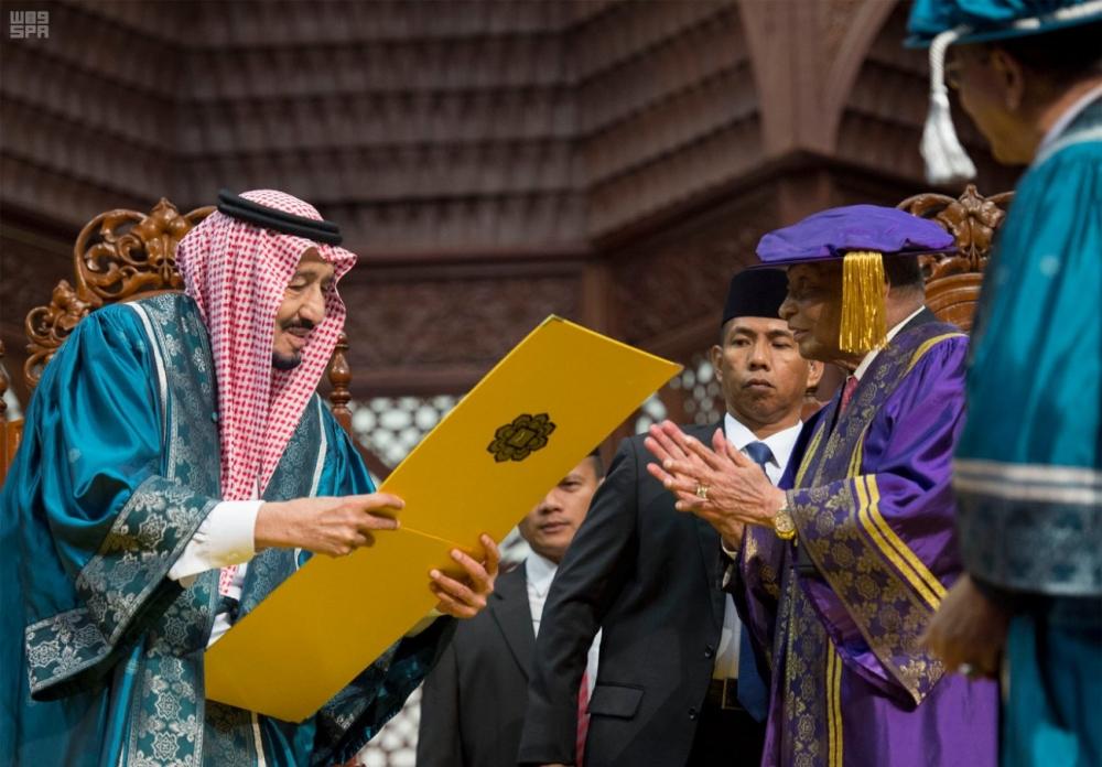 الملك سلمان يتسلم الدكتوراة الفخرية 1196651.jpg