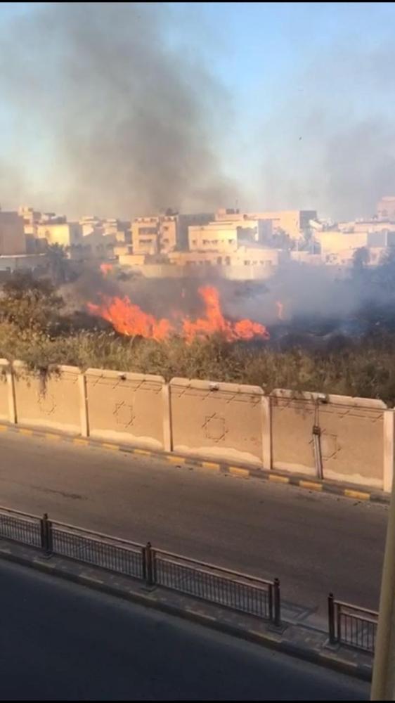 السيطرة على حريق ضخم في مقبرة الجبيل القديمة