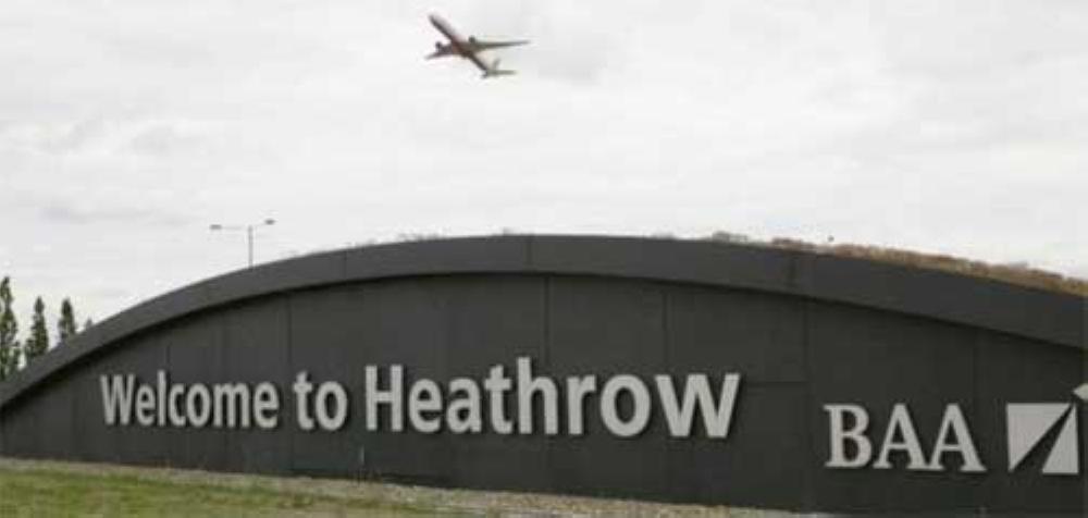 إجلاء عدد من الركاب عقب تصادم مركبتين بمطار هيثرو في لندن