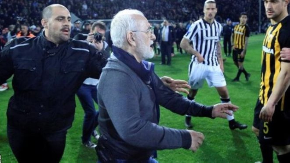 رئيس نادٍ يقتحم الملعب بمسدسه احتجاجا على إلغاء هدف لفريقه