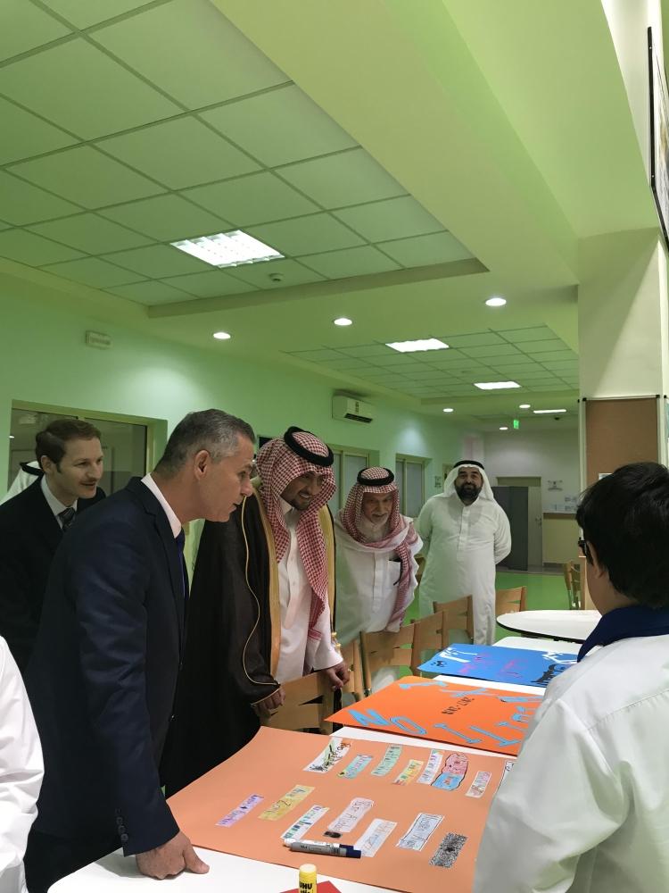 منصور بن سعد يزور مدارس الملك عبدالعزيز بالمدينة