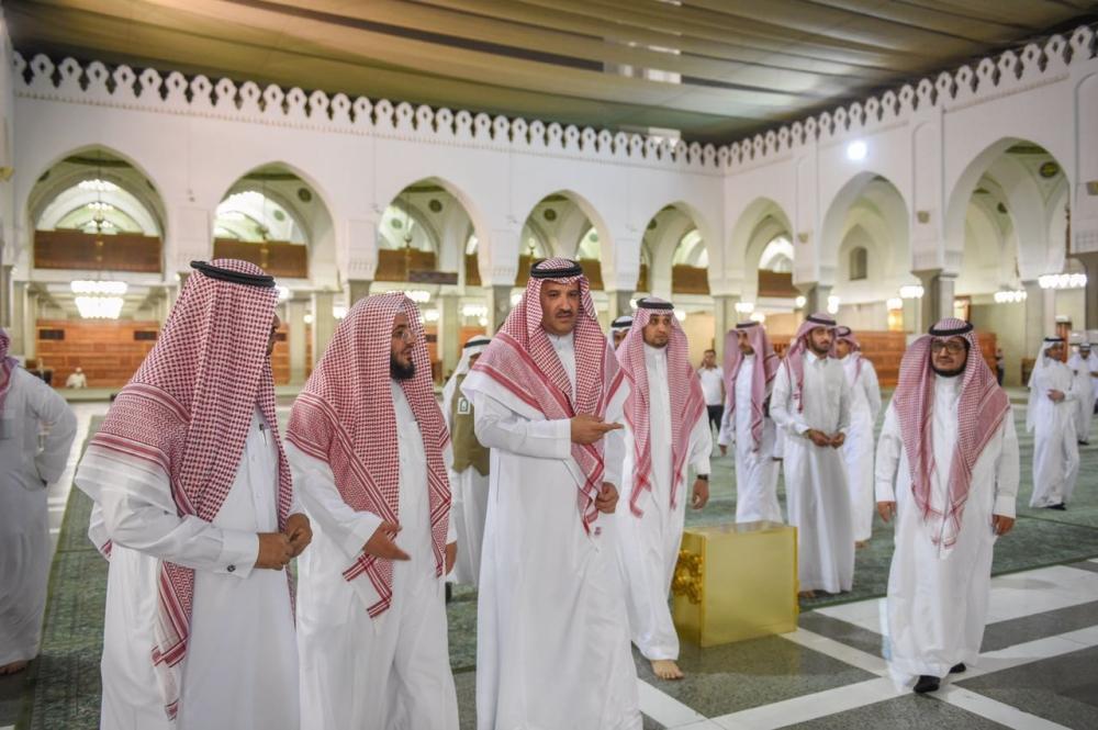 أمير المدينة يتفقد الاستعدادات والخدمات المقدمة لزوار مسجد قباء