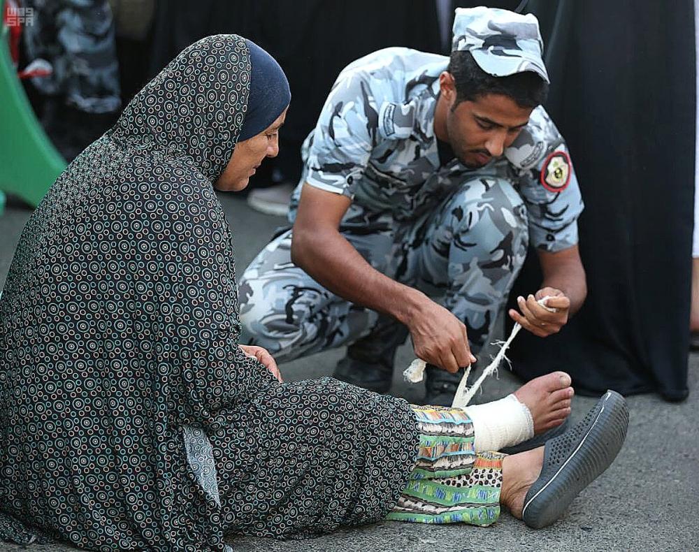 بالصور.. إنسانية القوة الخاصة تبهر زوار الحرم المكي