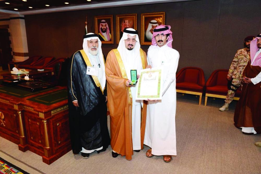 وسام الملك عبدالعزيز لشاب تبرع بجزء من كبده لوالده - المدينة