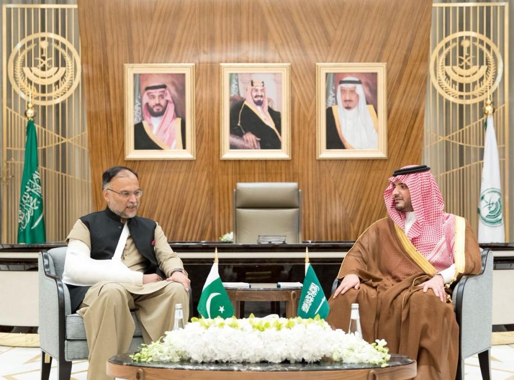 وزير الداخلية يبحث مسارات التعاون بين البلدين مع نظيره الباكستاني