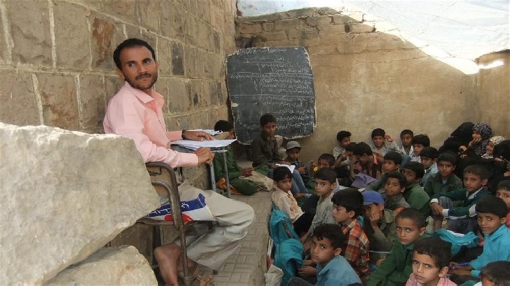 1680825 - بسبب الانقلاب الحوثي.. المعلمون باليمن.. الانتحار فقرُا أو العمل قهرًا