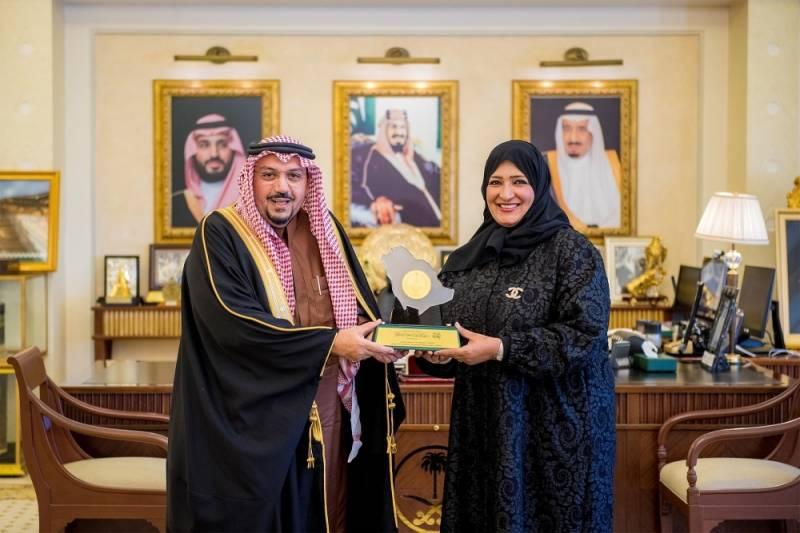 القصيم فيصل بن مشعل يكرم الجوهرة الجطيلي نظير مبادراتها الوطنية المدينة