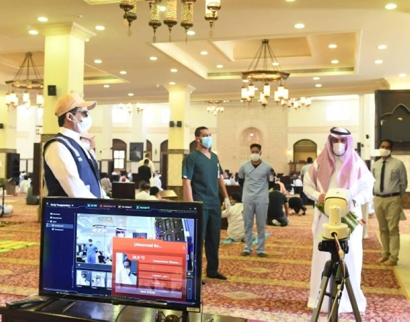 فريق طبي يشارك في توعية المصلين في صلاة الجمعة بتبوك